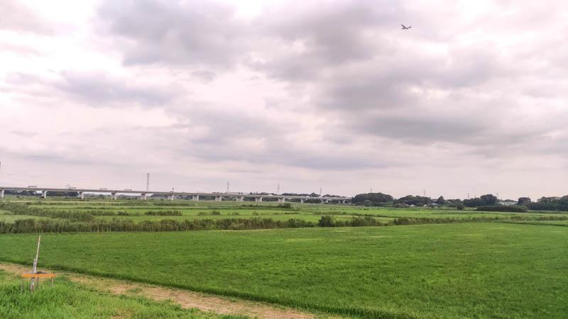 お天気くもり 県道12号線と荒川CRの交差ポイント ホンダエアポートからヒコーキが飛んでいくのが見えました
